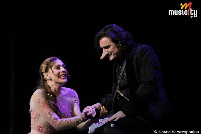 Θέατρο/Είδαμε:«Σιρανό ντε Μπερζεράκ» @ Pantheon Theater! Ποιό είναι άραγε το μυστικό που κάνει το Σιρανό πάντα επίκαιρο και τόσο προσφιλή στο κοινό; Τι είναι αυτό που έλκει σαν μαγνήτης τόσο διαφορετικά μεταξύ τους ακροατήρια;