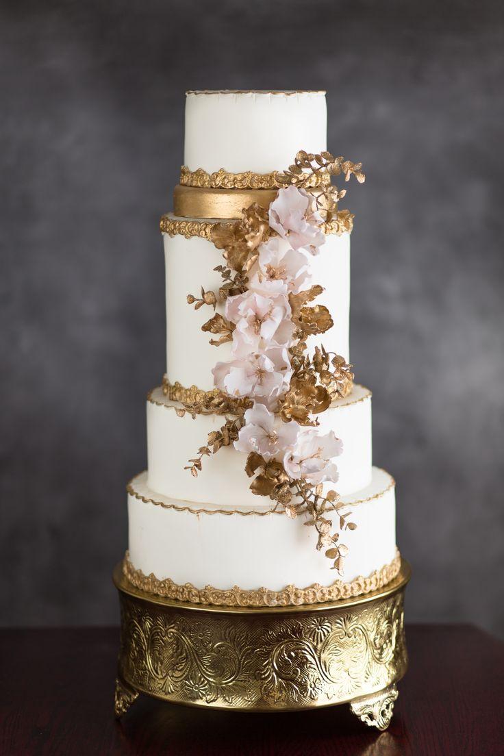 Gold and cream wedding cake by La Fabrik à Gâteaux Photography: Annie Garofano Photographe