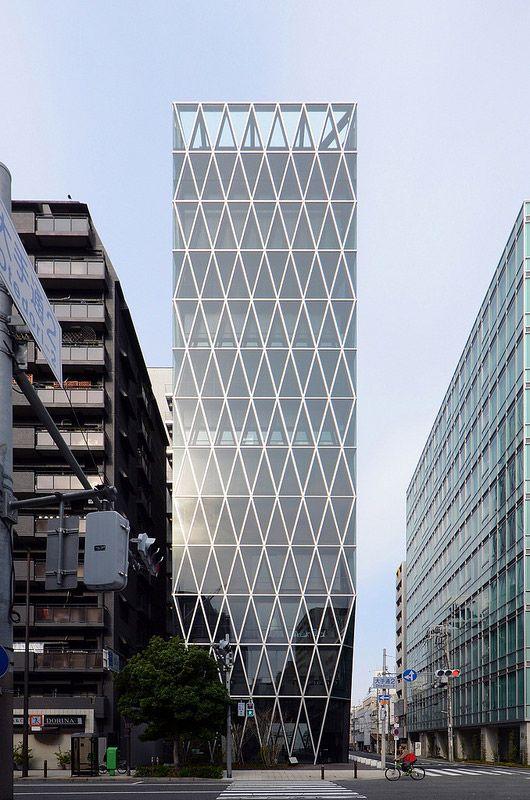 大阪・松屋町筋沿いに建つ現代建築を17枚の写真と建築データで紹介。ビル全体に広がる連続した三角の窓枠は、建物を支える構造体。