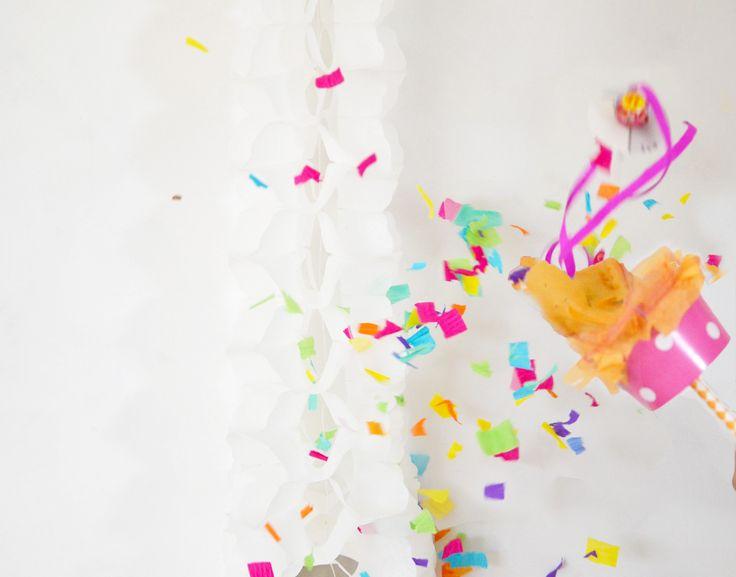 Als Begrüßung für die kleinen Gäste unserer Konfettiparty gab es etwas Besonderes: Jedes Kind erhielt eine Konfetti-Kanone mit viiiel Konfetti für die richtige Partystimmung und einen Lolli als Übe...