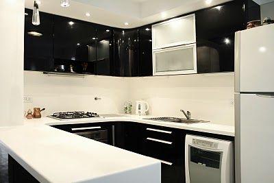 Remodelacion cocina en blanco y nego con mesada y alzada for Remodelacion de cocinas pequenas