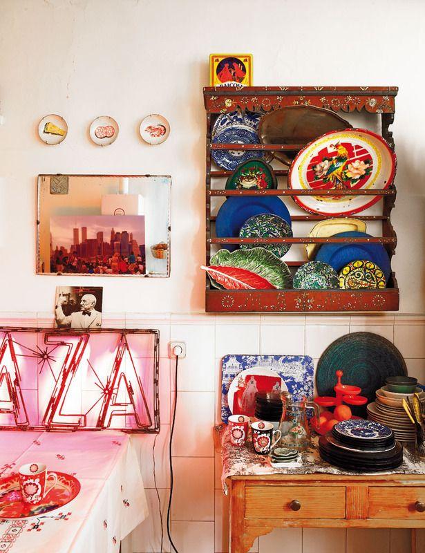 Los toques de color los ponen en cada rincón las vajillas y piezas como la silla roja de Làpety.