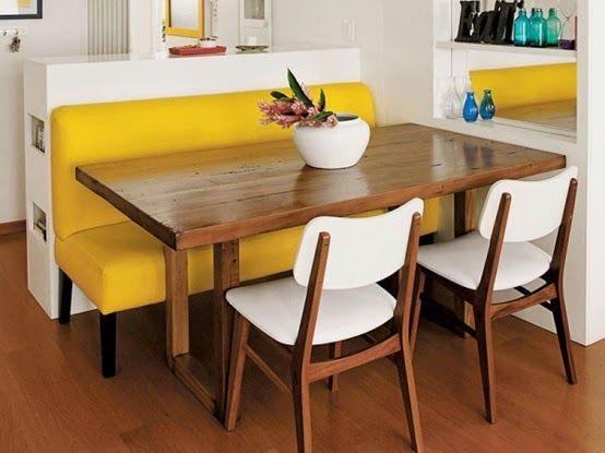 """O canto alemão moderno é uma estrutura em formato de """"L"""" composta por mesa, sofá e cadeiras que geralmente ocupa duas paredes."""