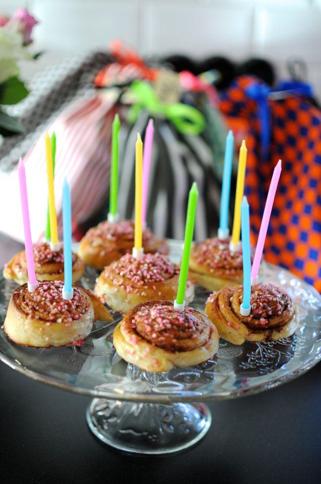 En födelsedagsuppvaktning med kanelbullar istället för tårta.