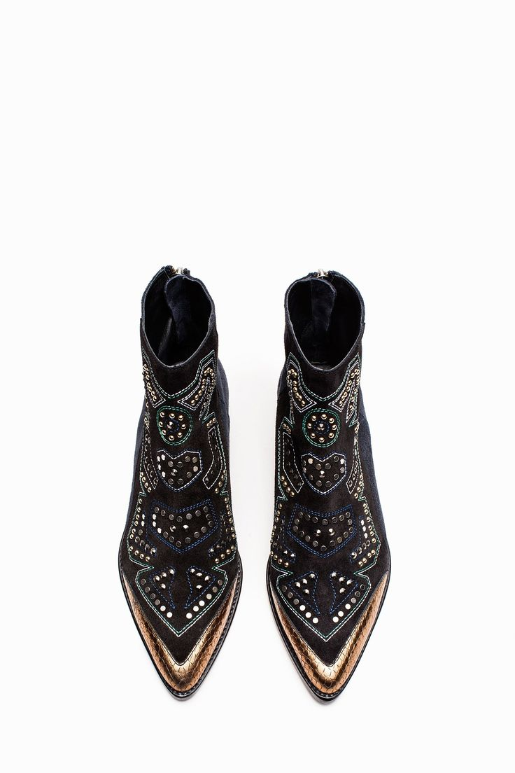 Zadig & Voltaire ankle boots, pointed toe, metal zipper at the back, engraved pull, stud customization with stitching at the front, metal wings at the back of the 2.5cm/0.7