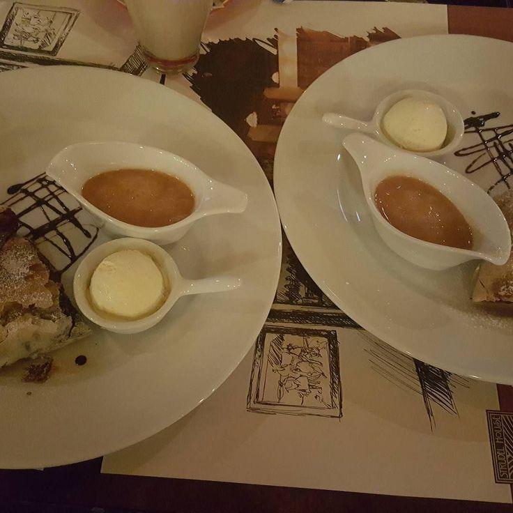 אין כמו לבלות עם רחלי ויובל (אשתי וביתי) במסעדת השטרודלים הטובה בעולם והנמצאת בבודפשט.  צחיק קווטינסקי. 10.4.16 by tzachiq