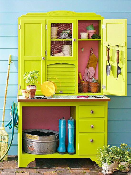 Recyclage d'un vieux vaisselier en un meuble de rempotage grâce à de la peinture, du carrelage,et quelques idées astucieuses.