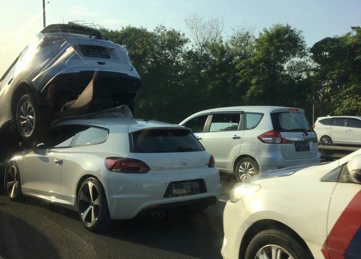 WinNetNews.com - Pagi tadi, pukul 07.00 WIB ada kecelakaan 'aneh' terjadi di Tol JORR di KM 01.800 A arah Jakarta tepatnya sebelum tikungan tajam. Dibilang 'aneh' karena kecelakaan itu melibatkan lima kendaraan dan dua di antaranya saling bertumpuk.Pada kesempatan tersebut, Kasat PJR Ditlantas Polda