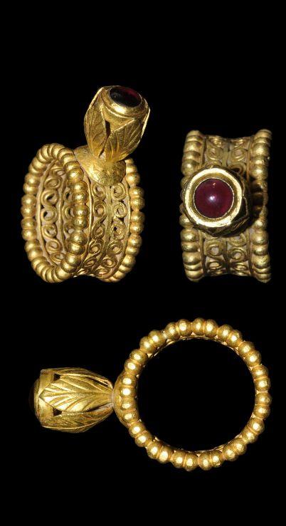 Anillo bizantino de oro y con un granate. Siglo VII.