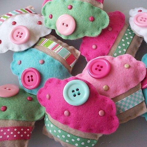 Too cute felt cupcakes! by millicent. Man these are adorable!