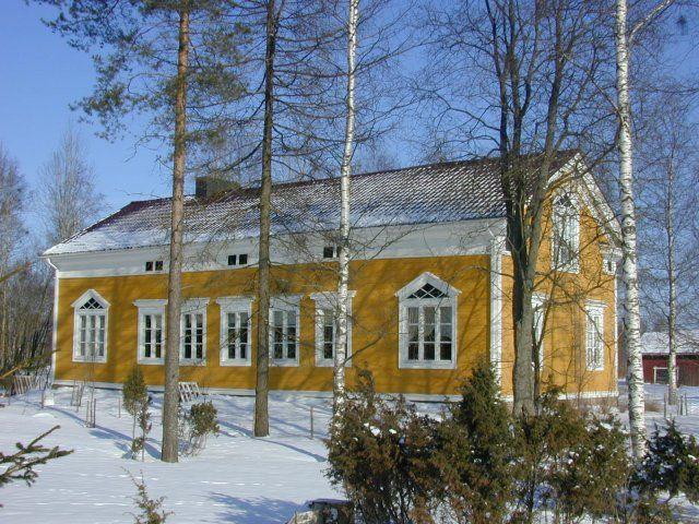 In Kurikka, farmhouse built in 1800's. Finland | Kurikka, 1800-luvulla rakennettu talonpoikaistalo Säntintiellä.