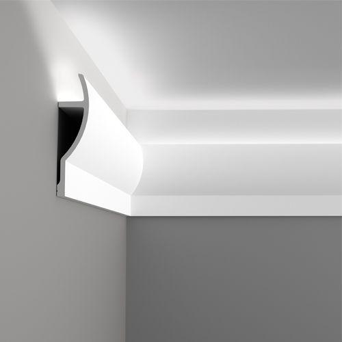 hübsche Bodenleisten verkehrt rum unter die Decke und LED Lichtschläuche in die Lücke für eine schlichte indirekte Beleuchtung