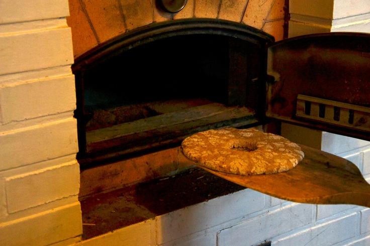 Lämmintä leipää suoraan uunista. Rehdin ruisleivän tuoksu täyttää tuvan.