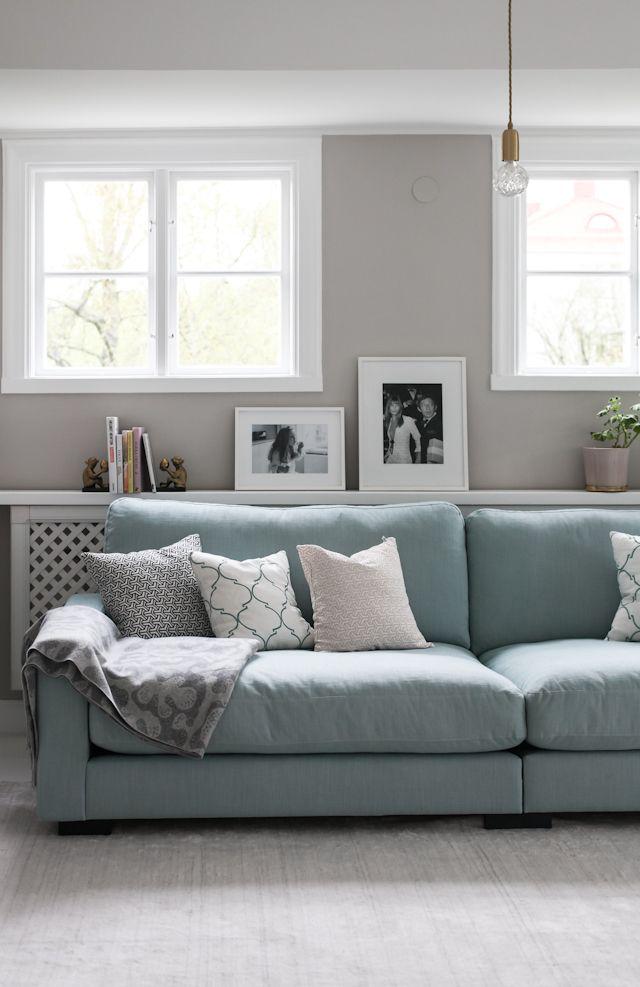 Turkos Valen soffa. Vardagsrum, villa, vitt, vitt trägolv, djup soffa, låg soffa, inredning. http://sweef.se/soffor/111-valen-soffa-i-linne.html
