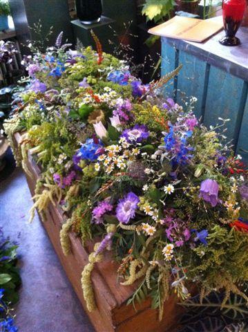 Kist versiering met veldbloemen.