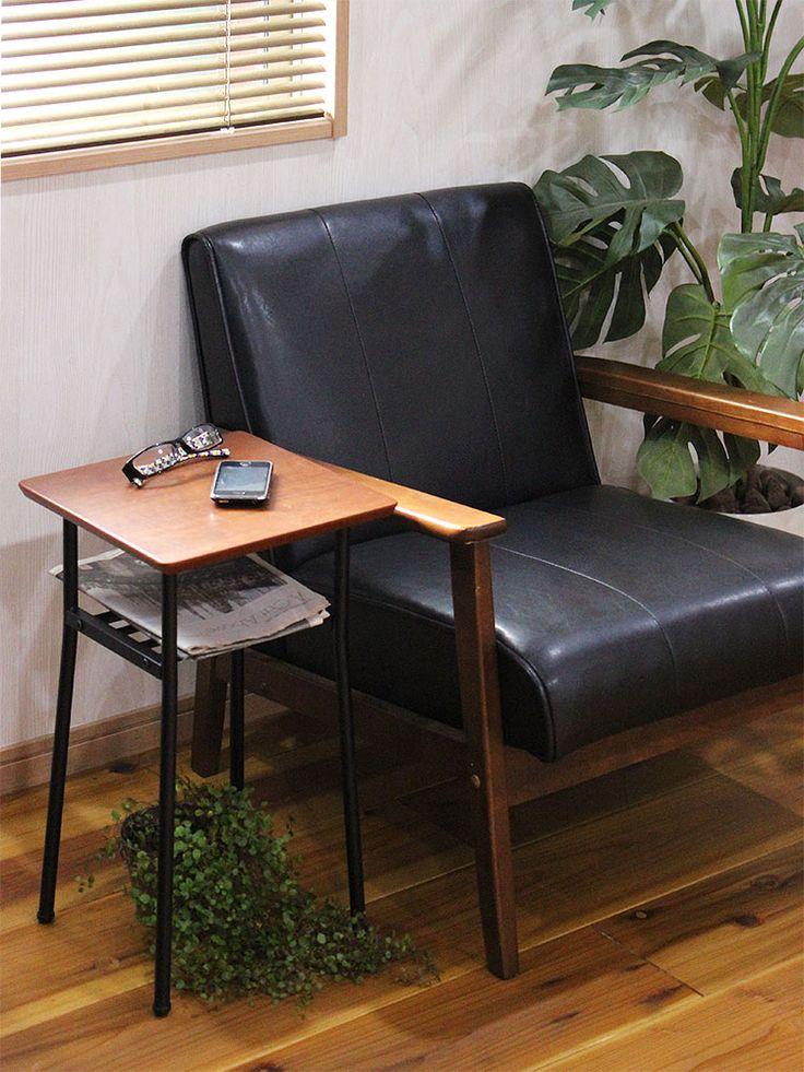コンパクトなサイズ感ながら、ソファに座ったときにちょうど手が伸ばしやすい高さ。テレビを見ながら、リモコンやスマホに手を伸ばしやすい高さに天板があります。この使い勝手の良さに気づいてしまったら、ソファサイドで手放せなくなることでしょう。<<関連キーワード>>家具 サイドテーブル テーブル 30 幅30cm 高さ55cm ミニテーブル サイド 寝室 リビング 棚付き ウォールナット 天板 天然木 木製 木 ミッドセンチュリー ソファサイド ベッドサイド リビング ダイニング おしゃれ かわいい かっこいい 一人暮らし インテリア