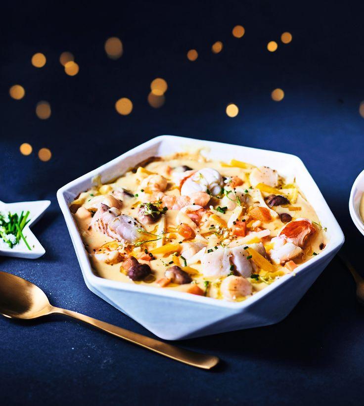 Des médaillons de langoustes blanches, des crevettes, des noix de Saint-Jacques et des morceaux de cabillaud s'ébattent dans une sauce à base de Sauternes en compagnie de mini champignons de Paris, carotte jaune, panais et patate douce. Toutes ces saveurs éblouissantes sont mises en beauté dans un plat en céramique blanche façon origami. Ideal pour Noël ou le Nouvel An !