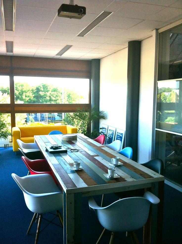 41 best images about kantoren lunch en vergaderruimte in enschede on pinterest nesting - Stoelen eames ...
