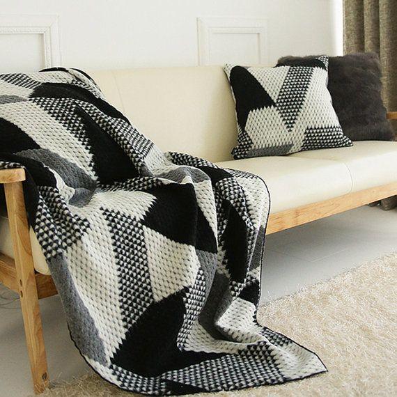 Elivate su cama con lana mezcla decorativa de punto manta  Manta del tiro 59 L 40 W / hecho por encargo por encargo para U    * Color: Azul marino, negro  * Medidas: Aprox. 59 L (150 cm), 40 W (103 cm)  * Material: 70% lana, 30% poliéster   Póngala sobre un sofá para un accesorio decorativo y funcional.  Dóblalo y recostarla en el pie de su cama.   * Atención: Limpiar en seco  * Hecho a mano / hecho por pedido (tarda 5 ~ 7 días.)    * Calentar durante los meses fríos, pero peso ligero…