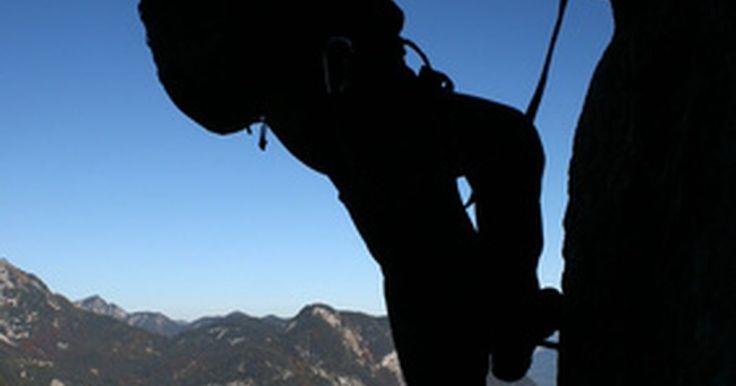 """Cómo hacer un arnés de cuerda para escalar en roca. El equipo para escalar ha recorrido un largo camino en las últimas décadas. Antes de las perneras acolchonadas y de las hebillas de cierre para la cintura, había arneses caseros de cuerda, también llamados """"arneses para rappel"""" o """"Silla suiza"""". Los arneses de cuerda no son cómodos, pero son muy útiles en caso de emergencia y, si se atan ..."""