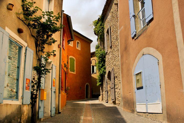 Déambulez dans les petites ruelles de Saint Quentin la Poterie où les murs baignés par le soleil du midi semblent réagir aux reflets lumineux