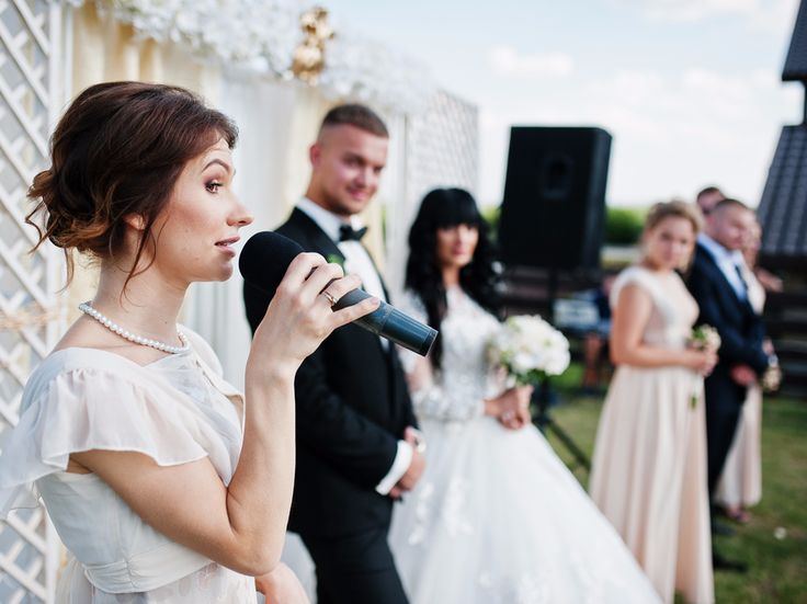 Here's how much money should you really be giving for a wedding gift - The INSIDER Summary:  Giving cash as a wedding gift requires you to keep a few factors in mind.  How well you know the couple getting marriedand how much money you have will come into play.  Experts say you shouldn't go below $50 as a minimum.  It's getting pricier and pricier to have a wedding and, in turn, it's getting pricier and pricier to attend a wedding.  In fact, it costs a wedding guest an average of $888 to…