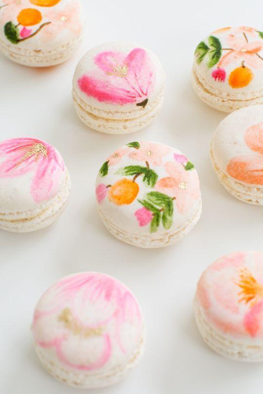 Selbst gemachte Maccarons. In Pastellfarben. Mit floralem Muster. Süß. Blumen. Zucker. Frühling.