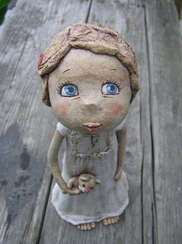 Adélka v noční košilce - (na objednávku) Keramická soška, výška 23 cm. Barveno engobami.