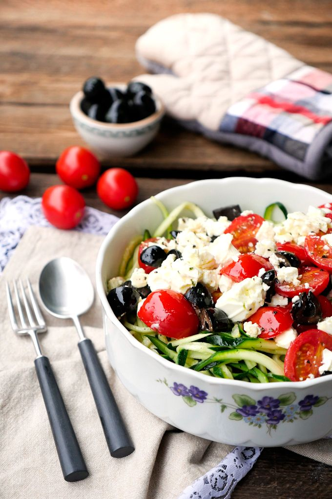Zucchini-Spirelli mit Feta, Tomaten und Oliven aus dem Ofen