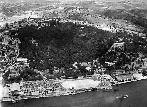 """Yanmış Çırağan sarayı ile yanında """"İnönü stadı yapılana kadar Beşiktaş sahası olarak kullanılan"""" futbol sahası."""