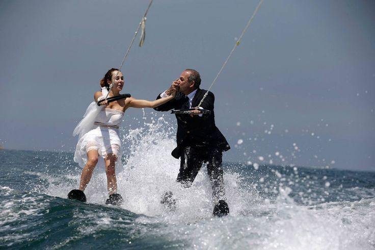 Ένα νιόπαντρο ζευγάρι κάνει θαλάσσιο σκι ντυμένο με τα ρούχα του γάμου τους στα νερά του κόλπου της Jounieh, βόρεια της Βηρυτού