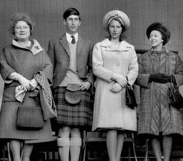 Королева-мать, принц Чарльз, принцесса Анна и принцесса Маргарет, в деревне Бремор во время Игры горцев — культурное событие, проводимое в течение года в Шотландии, Канаде, США и других странах, как способ празднования шотландской культуры, а в особенности той, которая относится к Хайланду. В играх принимают участие оркестры волынщиков, танцоры хайланда, участники спортивных мероприятий, а также проводятся разнообразные выставки, связанные с другими аспектами шотландской и гэльской культур…