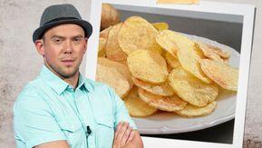 Pokud máte rádi bramborové chipsy, tak vás dnes potěšíme. Gurmánský experimentátor Láďa Hruška totiž vyzkoušel řadu receptů na jejich výrobu a našel ten, při kterém nepotřebujete žádný tuk. A navíc to všechno stihnete připravit během pěti minut.