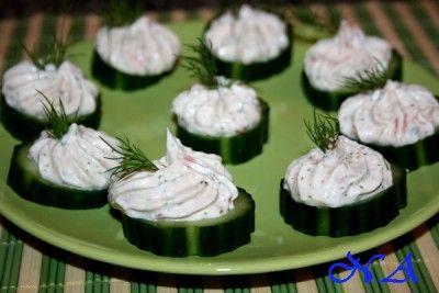Закуска из огурцов с творожно-лососевым муссом