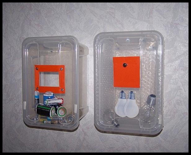 """Den här idén kommer från Carina Wikström som skriver så här: """"Två stycken plastlådor från Ikea (Samla) att använda till trasiga batterier och glödlampor. Jag har skurit ut båda locken till öppningar så det är enkelt att stoppa i föremålen. Lådorna går lätt att plocka ner från väggen/dörren och bära med sig till sopstationen. Locken är avtagbara."""""""
