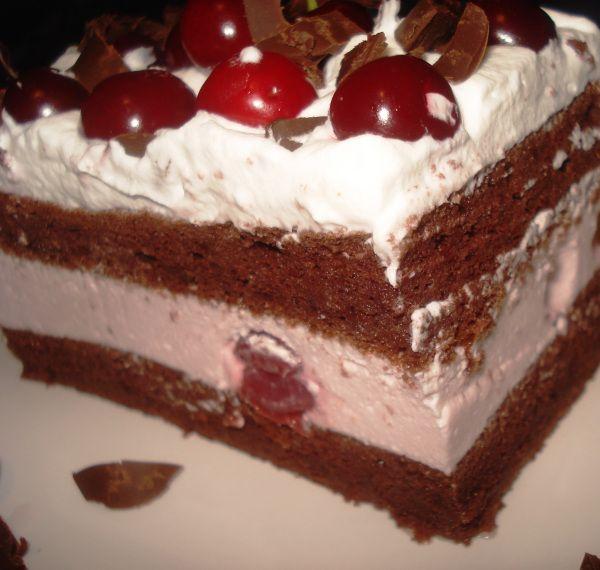 Cseresznyés álom, ínycsiklandó joghurtos krémmel és csokoládés piskótával, nagyon fincsi!