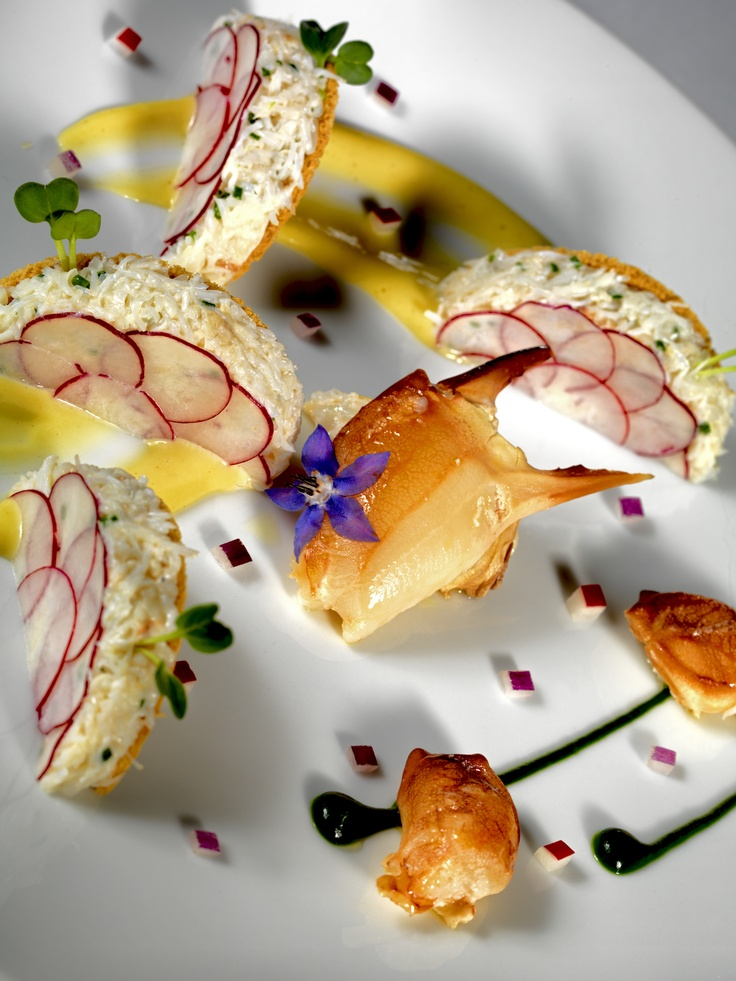 Le tourteau en demi-ravioles de radis et tuiles de pain de mie, wasabi @Thierry Samuel L'art de dresser et présenter une assiette comme un chef de la gastronomie VisionsGourmandes #presentation #plating