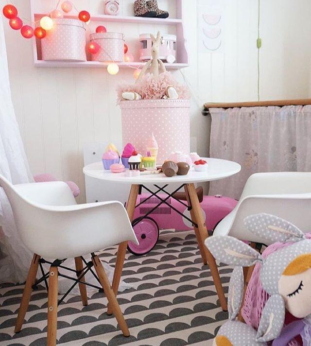 Jollyinspo  Har ni sett denna härliga bild från @myhomebycamilla?  Här hittar ni bland annat bord med tillhörande stolar och den fina ljusslingan - som alla är ifrån Alice & Fox! Passa även på att kolla in den coola rosa gåbilen från Mini Speeders som just nu har kampanjpris hos oss för 599 kr (ord. 999kr). Liknande förvaringsboxar finns även de i Alice & Fox's sortiment. Visst var detta fint ?  #jollyinspo #barnrum #aliceandfox #bord #stolar #ljusslinga #minispeeders