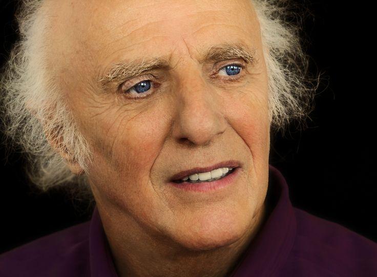 Gilles Vigneault (1928-    ) est un poète, auteur de contes et de chansons, auteur-compositeur-interprète québécois. Plusieurs personnes considèrent aujourd'hui sa chanson Gens du pays comme étant l'hymne national non officiel des Québécois.
