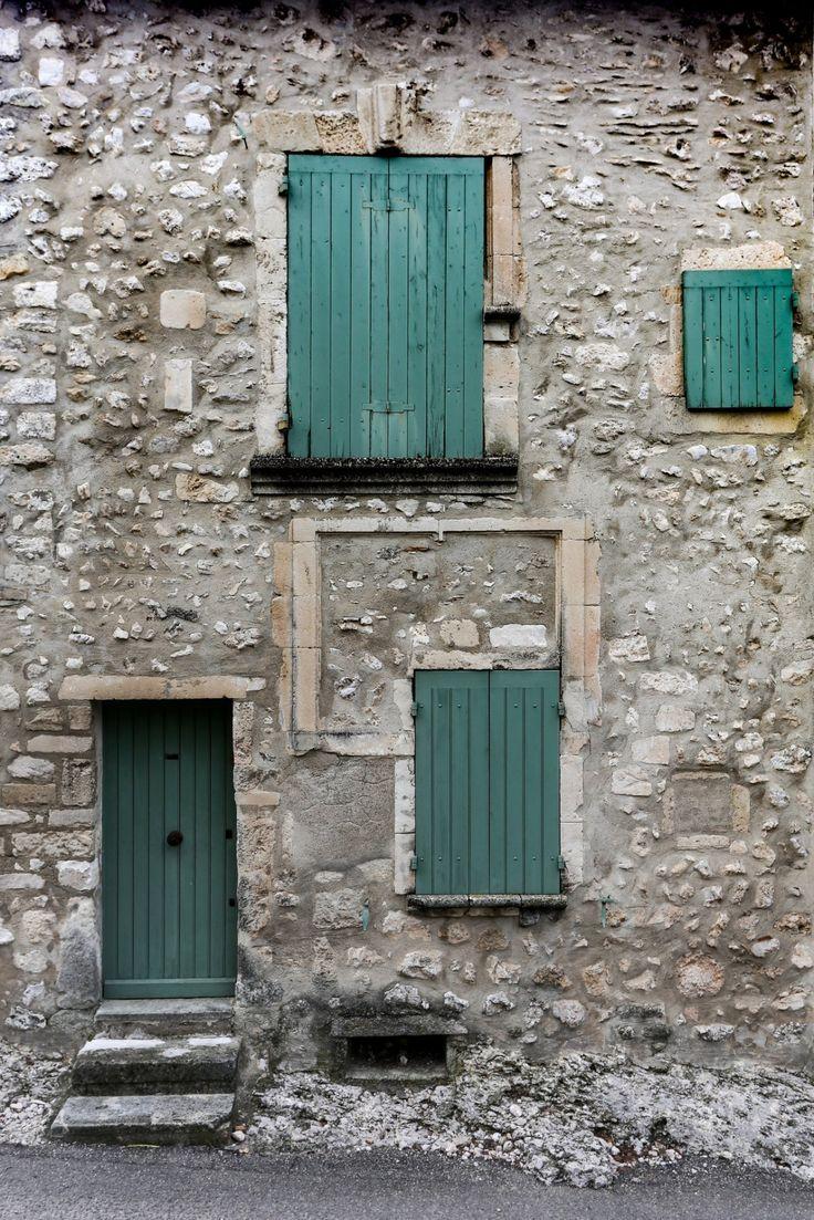 Gevel van een oude Franse boerderij dat voldoet aan de hedendaagse gevelarchitectuur-principes.