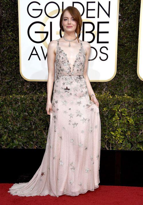 Emma Stone en Valentino, chaussures Jimmy Choo et bijoux Tiffany & Co., sacrée Meilleure Actrice dans une comédie pour La La Land au Golden Globes 2017 le dimanche 8 janvier 2017 à Los Angeles