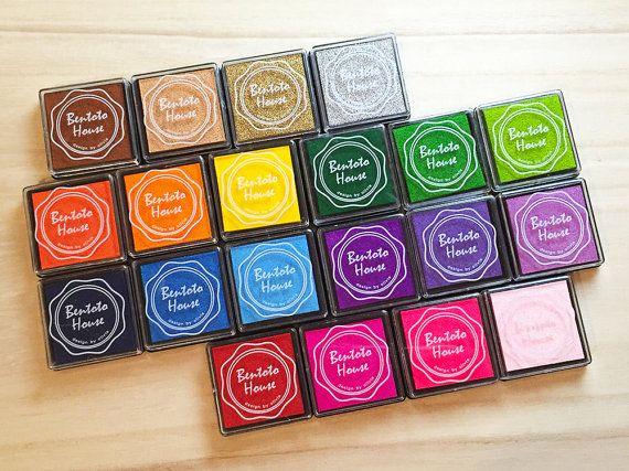 Almohadillas de tinta colorida en 20 diversos colores Ideal para manualidades, scrapbooking, decoración del partido, etc.  Cantidad: 20 unidades Tamaño: cada tinta almohadilla 4 $s x 4 cm(L)