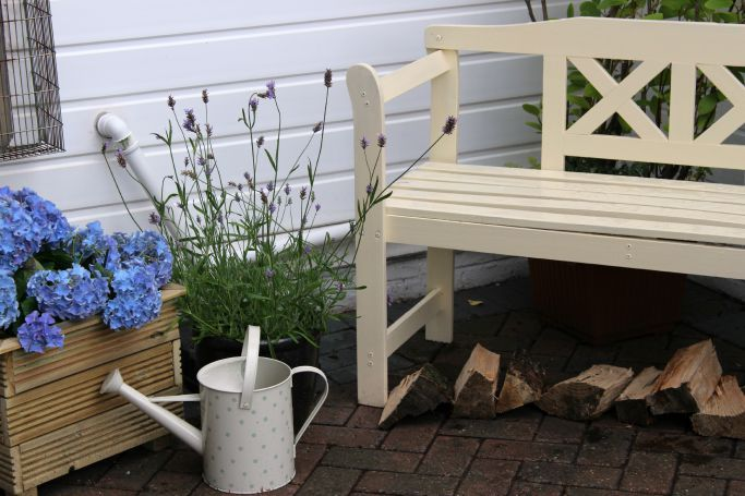 Shabby Chic Yard Colours #shabbychic #backyard #hydrangeas #creambench #choppedwood #woodenplanter #wateringcan