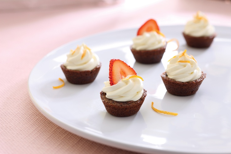 These Tuxedo Brownie Cups are a sweet solution for any occasion and make enough to serve a crowd! #dessert #recipes