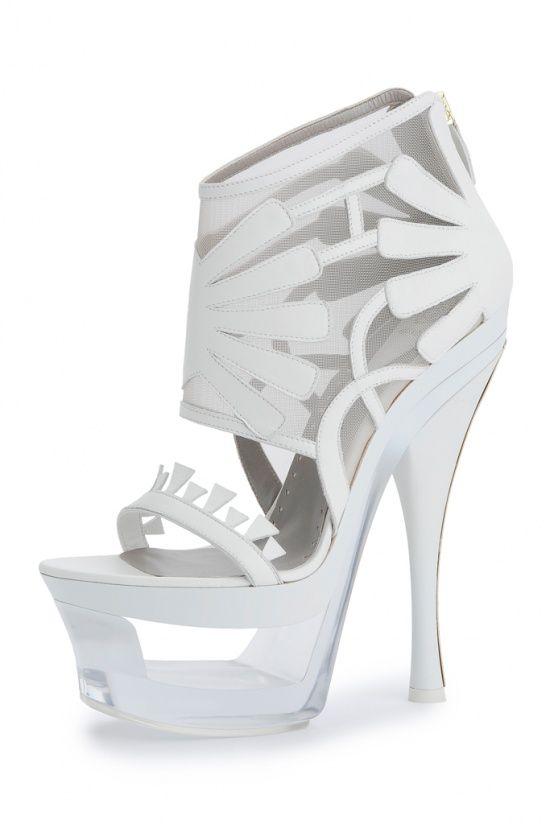 Pour faire la fête tout l'été sur des talons ultra-compensés, découvrez la collection de chaussures Versace printemps-été 2012 !