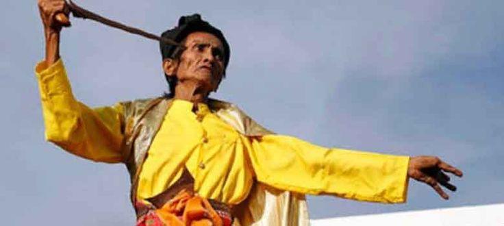 Sebelum munculnya agama Kristen dan Islam di Sulawesi Selatan yang menempatkan pembagian gender hanya ada dua, laki-laki dan perempuan secara kodrati. Masyarakat Sulawesi Selatan mengenal lima jenis kelamin yang masing-masing punya posisi di masyarakat.