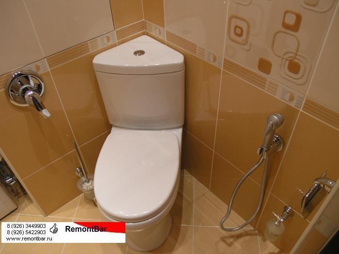 Туалетная комната 160х150 см. В комнате установлены угловой унитаз, гигиенический душ и стиральная машина.