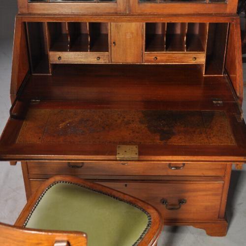 antiek bureau met mooi doorleefd leer