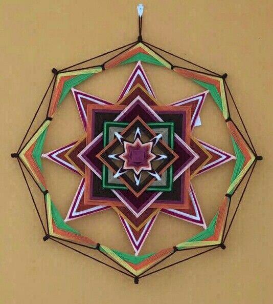 Mandala con luz propia, los toques de blanco son como pequeñas ráfagas de luz
