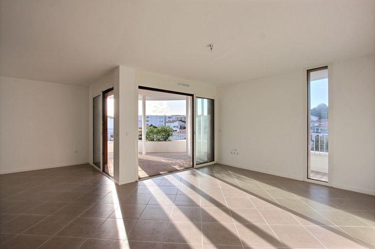 BiarritzProche du centre Appartement T2 57 m² neuf Vaste terrasse, parking ss-sol  Ce bien est soumis au statut de la copropriété Nombre de lots : 134 Charges annuelles : 1.161 € DPE : A Prix : 330.000 € honoraires charge vendeur